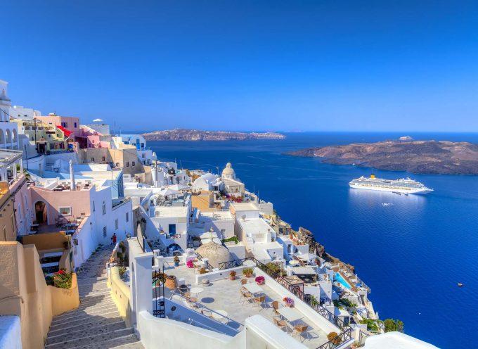 Kayak: Αντί για Αθήνα, φέτος επιλέξτε Σαντορίνη!
