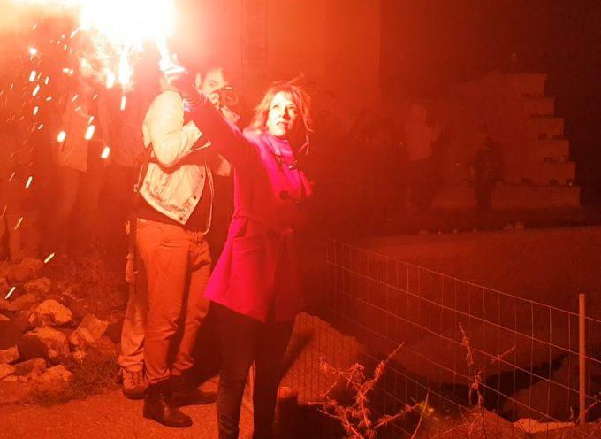 Χιλιάδες επισκέπτες θαύμασαν και φέτος τον φλεγόμενο Πύργο – Η Μαντώ Στουρνάρα έδωσε το σύνθημα για να ανάψει το μονοπάτι της φωτιάς..