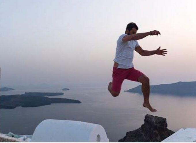 Γιώργος Αγγελόπουλος: Πηδάει από στέγη σε στέγη στη Σαντορίνη και ανεβάζει την αδρεναλίνη!