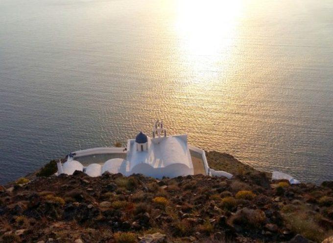 Σαντορίνη: Η Παναγία η Θεοσκέπαστη ευλογεί από ψηλά το Αιγαίο