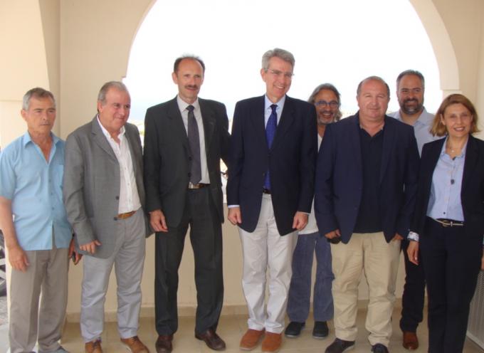 Συνάντηση Εργασίας με τον Αμερικανό Πρέσβη στο γραφείο του Επιμελητηρίου Κυκλάδων στη Σαντορίνη