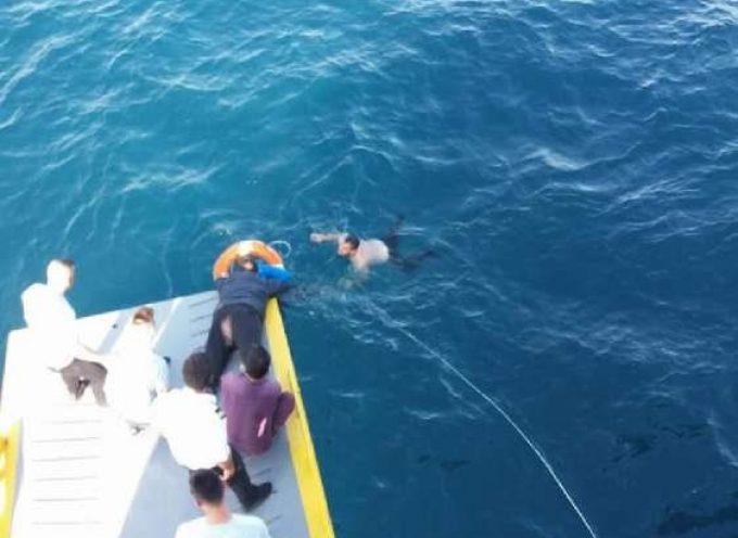 Απίστευτη διάσωση: 69χρονη βρέθηκε στην θάλασσα πέντε μίλια από τον Πειραιά – Καρέ καρέ η διάσωσή της από πλοίο (φωτο)