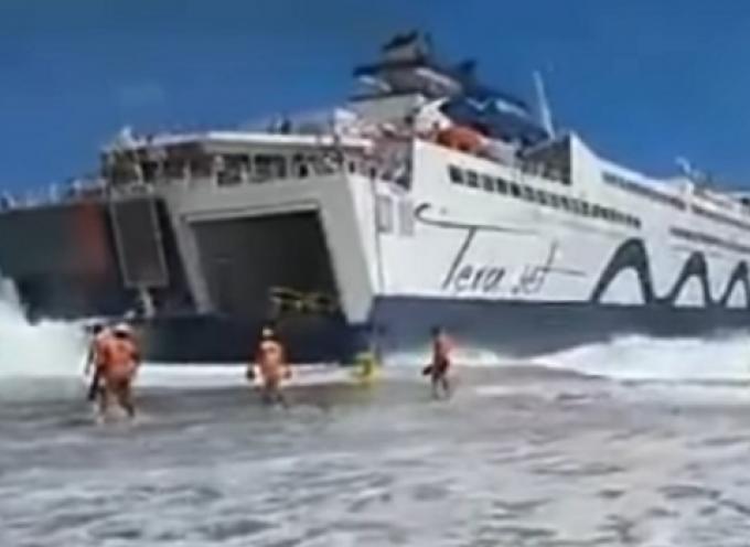 Η Τήνος έζησε εικόνες εντυπωσιακές. Το Tera Jet πλησιάζει στο λιμάνι και προσπαθεί να δέσει…