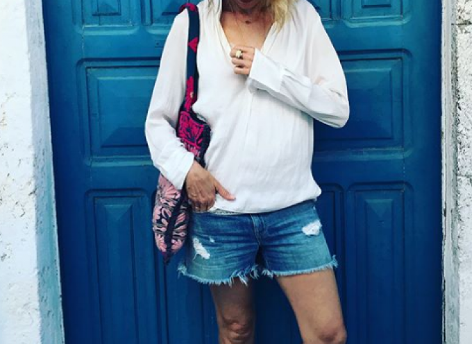 Η Naomi Watts κάνει διακοπές στην πανέμορφη Σαντορίνη