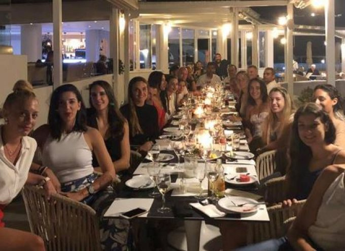 Καλωσόρισμα της Διοίκησης στη νέα ομάδα στο εστιατόριο του ξενοδοχείου volcano view με θεα το ηλιοβασίλεμα.