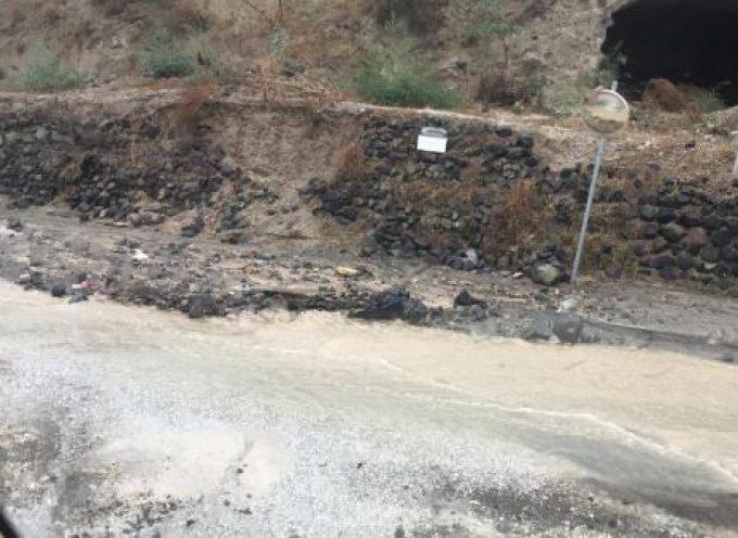 Μεγάλα προβλήματα δημιούργησε η καταρρακτώδης βροχή που έπεσε στο νησί της Σαντορίνης.
