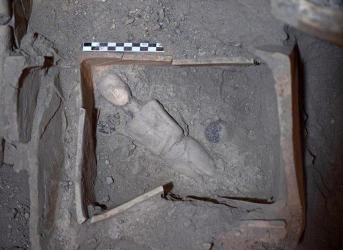 Σαντορίνη – ανασκαφές Ακρωτηρίου: Στο φως νέοι αρχαιολογικοί θησαυροί – Το μαρμάρινο γυναικείο ειδώλιο που εντυπωσιάζει