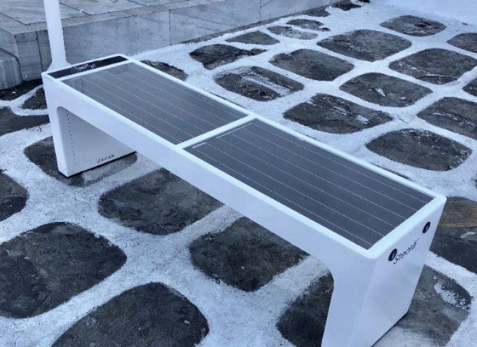 Ο Δήμος Μυκόνου τοποθέτησε «ηλιακά παγκάκια» που μετατρέπουν την ηλιακή ενέργεια σε ηλεκτρική