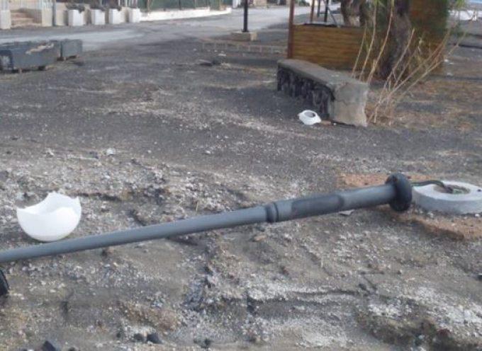 Μήνυση κατ' αγνώστων υπέβαλε ο Δήμαρχος Θήρας κ. Νίκος Ζώρζος μετά την εκτεταμένη καταστροφή των φωτιστικών σωμάτων στον παραλιακό δρόμο Περίσσας – Περίβολου.