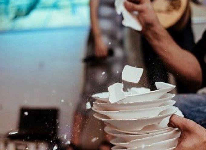 Σαντορίνη: Πρωταθλήτρια στο σπάσιμο των πιάτων