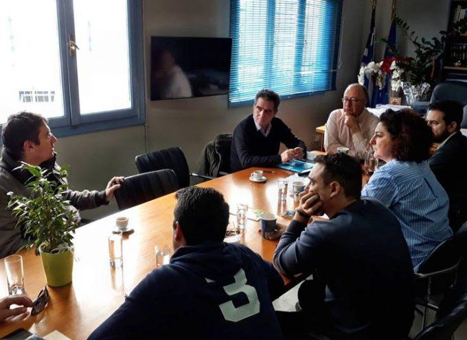 Ευρεία σύσκεψη πραγματοποιήθηκε σήμερα το πρωί στο γραφείο του Δήμαρχου Θήρας με θέμα την εύρυθμη λειτουργία του λιμανιού