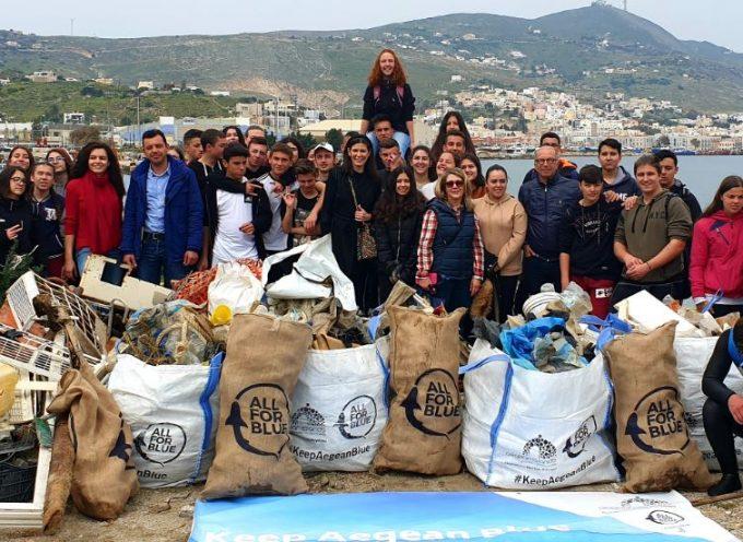 """Keep Aegean Blue"": 2 τόνους σκουπίδια έβγαλαν από την παραλία Λαδόπουλου στην Σύρο μαθητές και δύτες"
