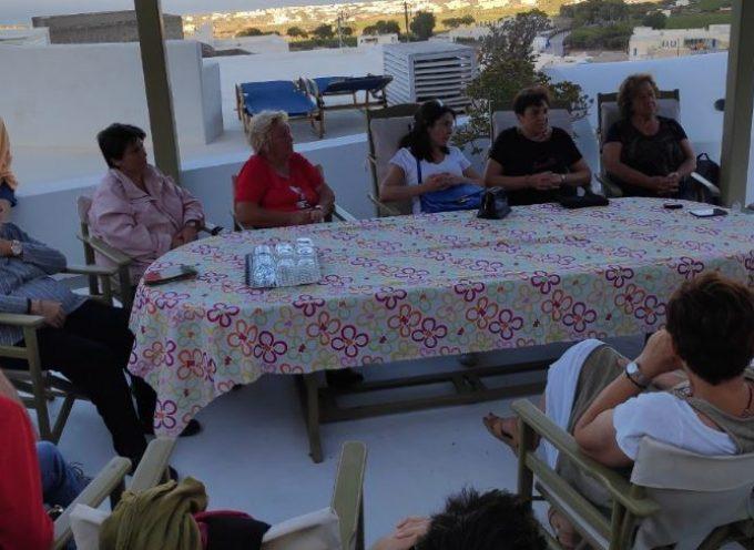 Με εργαζόμενες γυναίκες στην Σαντορίνη συναντήθηκε ο Ορέστης Χαραλαμπάκος