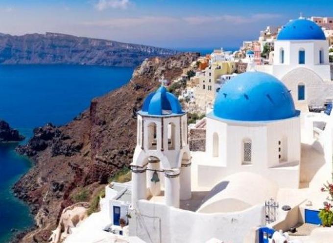 Γλυφάδα, το κέντρο της Θεσσαλονίκης και η Σαντορίνη οι τρεις περιοχές που συγκεντρώνουν το μεγαλύτερο ενδιαφέρον των ξένων αγοραστών κατοικίας στην Ελλάδα