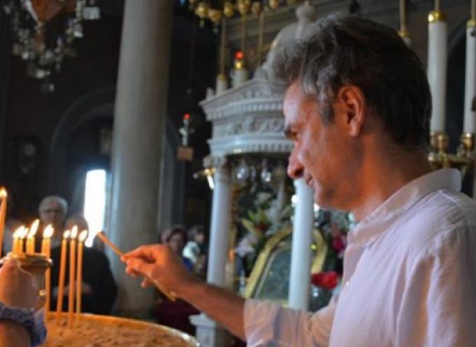 Στην Τήνο ο Μητσοτάκης – Προσκύνησε την εικόνα που είχε δωρίσει ο πατέρας του στον ναό Ευαγγελιστρίας