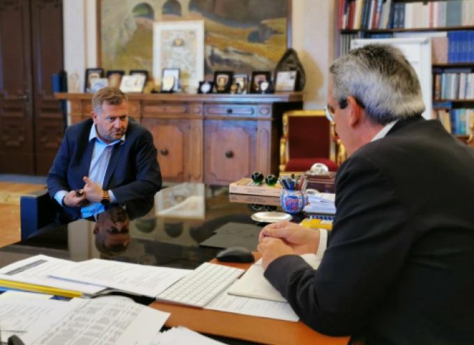 Συνάντηση εργασίας του Περιφερειάρχη, Γιώργου Χατζημάρκου, με τον Πρόεδρο της ΔΕΥΑ Θήρας, Μανόλη Ορφανό