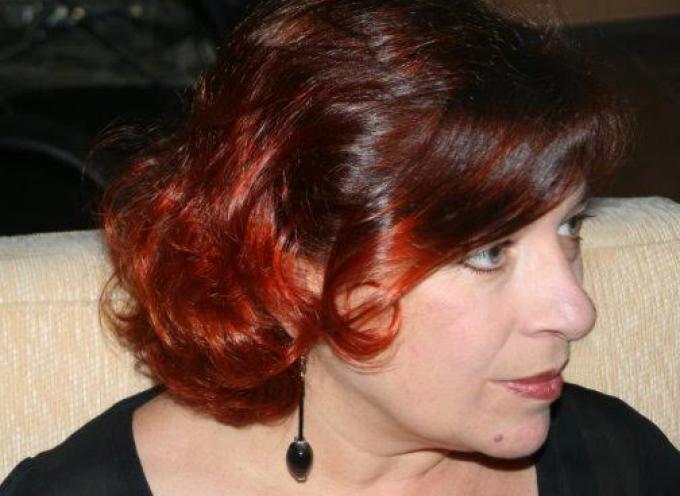"""Η κα Χριστίνα Φραγκάκου, ιδιοκτήτρια εκπαιδευτηρίου εκμάθησης ξένων γλωσσών στη Σαντορίνη, στην εκπομπή """"Θηραϊκές καλημέρες"""""""